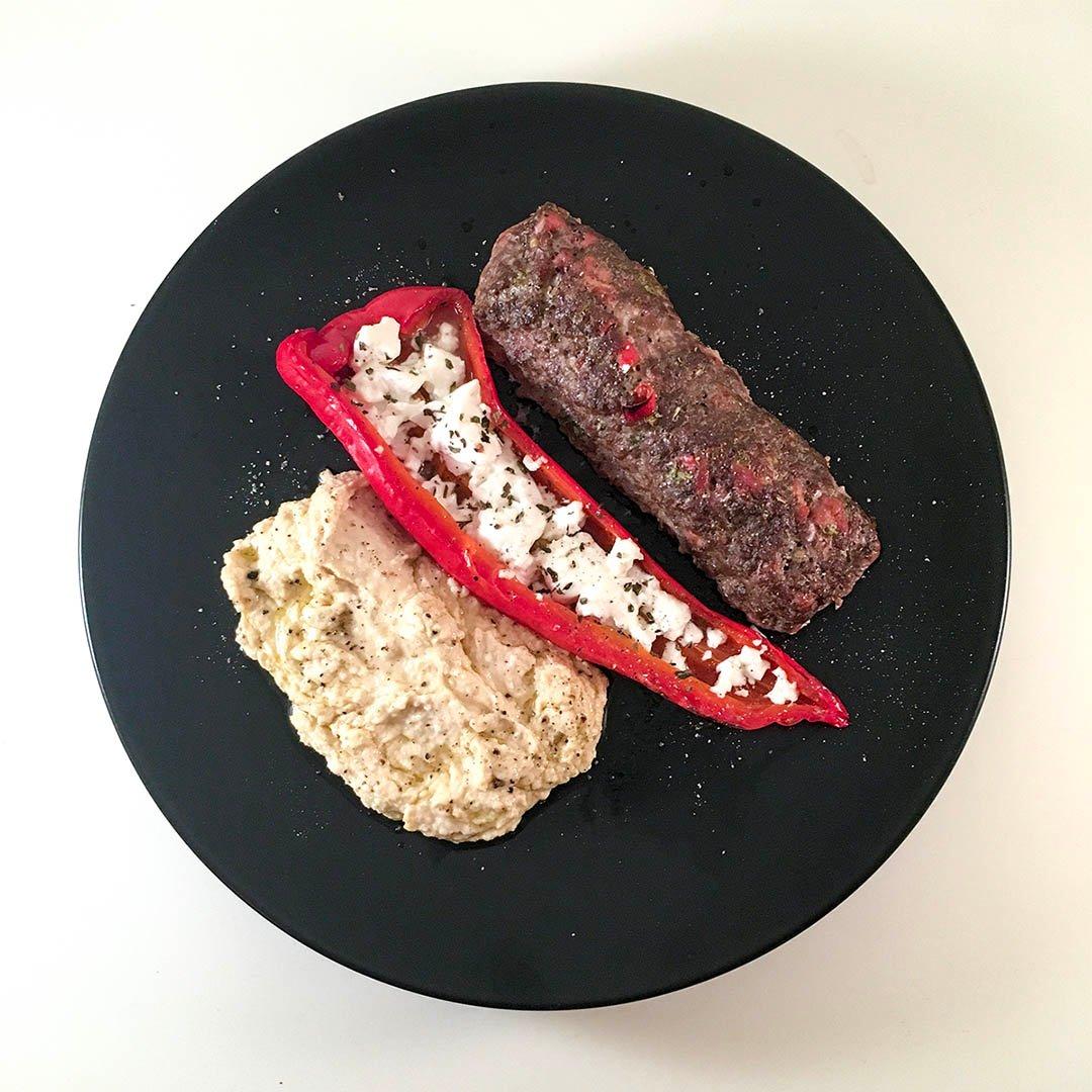 Köttfärsrulle med fetaostfylld spetspaprika och hummus.