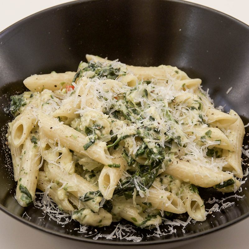 Pasta med spenat samt ost av halloumi och parmesan är lättlagad middag.