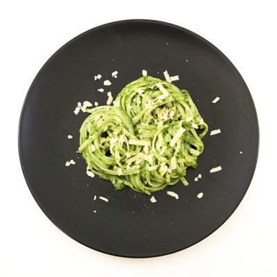 Pasta med spenatpesto och västerbottensost är välsmakande och lättlagad middag. Recept på sveriges motsvarighet till italiens pasta med pesto.