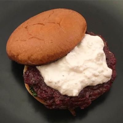 Rödbetsburgare med fetaostkräm och smörstekt pak choi. En vegetarisk smakfull hamburgare.