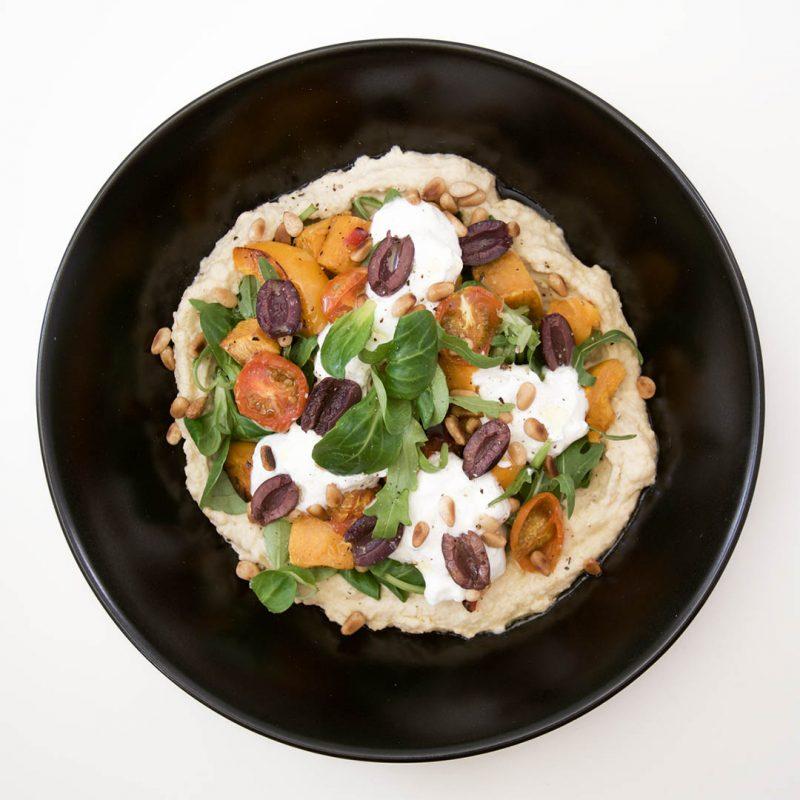 Sallad med sötpotatis, hummus och fetaostcrème är mumsig vegetarisk middag.