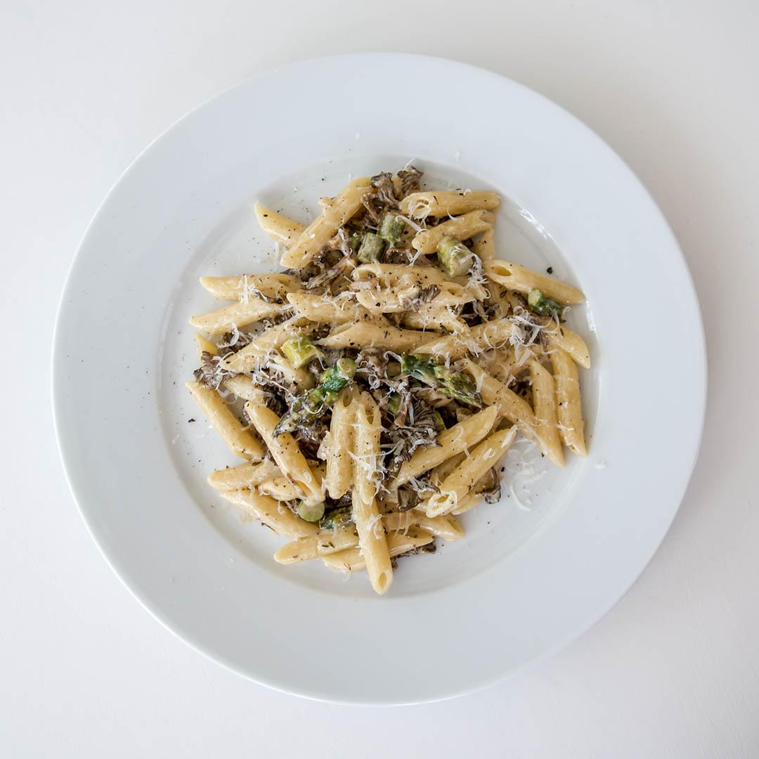 Pasta med svamp och sparris är snabblagad middag som alla lyckas med. Ja det smakar gott också såklart.