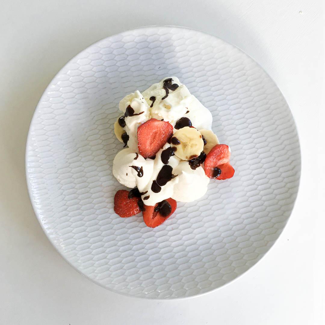 Marängsviss - recept med chokladsås, banan och jordgubbar. En klassiker som alla älskar.