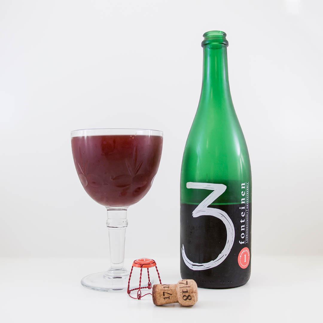 3 Fonteinen Intens Rood har syrlig doft och smak av körsbär. Den är både endimensionell och komplex på samma gång.