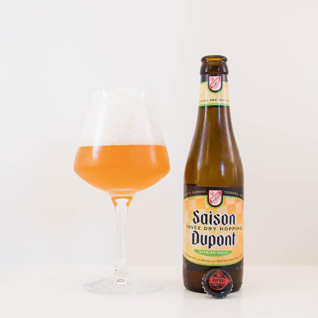 Saison Dupont Cuvée Dry Hopping från Brasserie Dupont smakar typiskt Belgien. Här hittar du jäst smak av bland annat äpple, örter, honung och bröd.