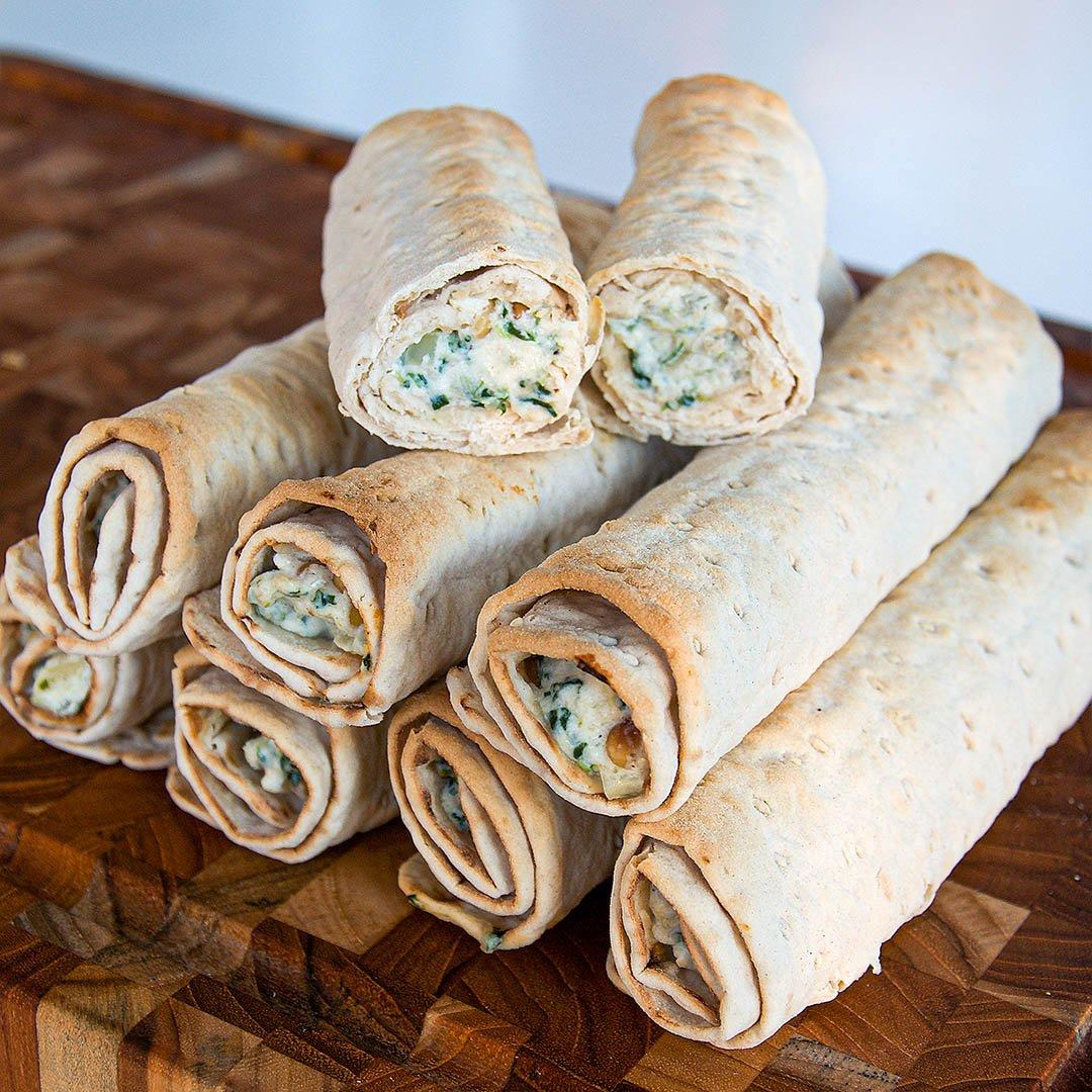 Varma tunnbrödsrullar med smak av Italien är gott tilltugg på lördagskvällen.