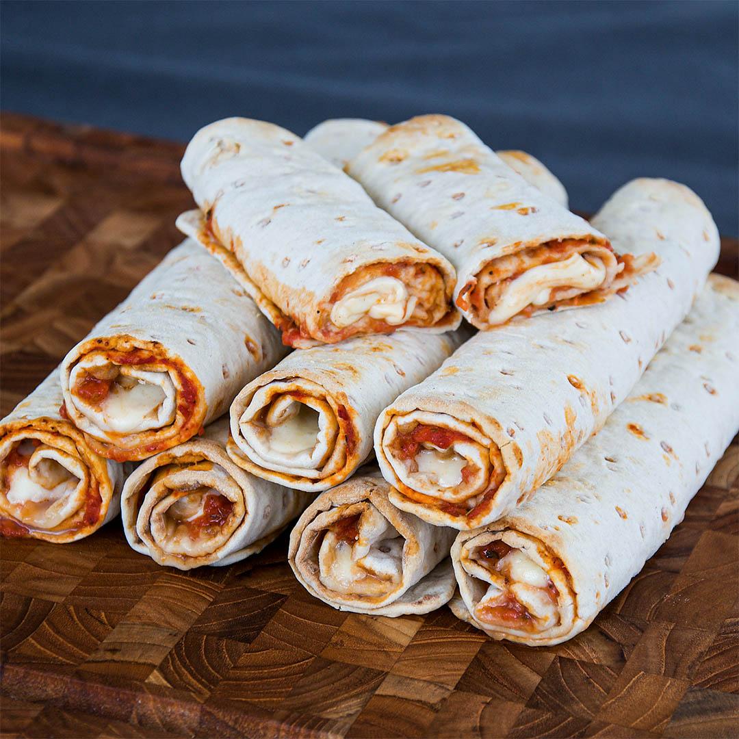 Pizzarulle på tunnbröd margherita style är gott tilltugg till filmen en fredag eller lördagkväll.