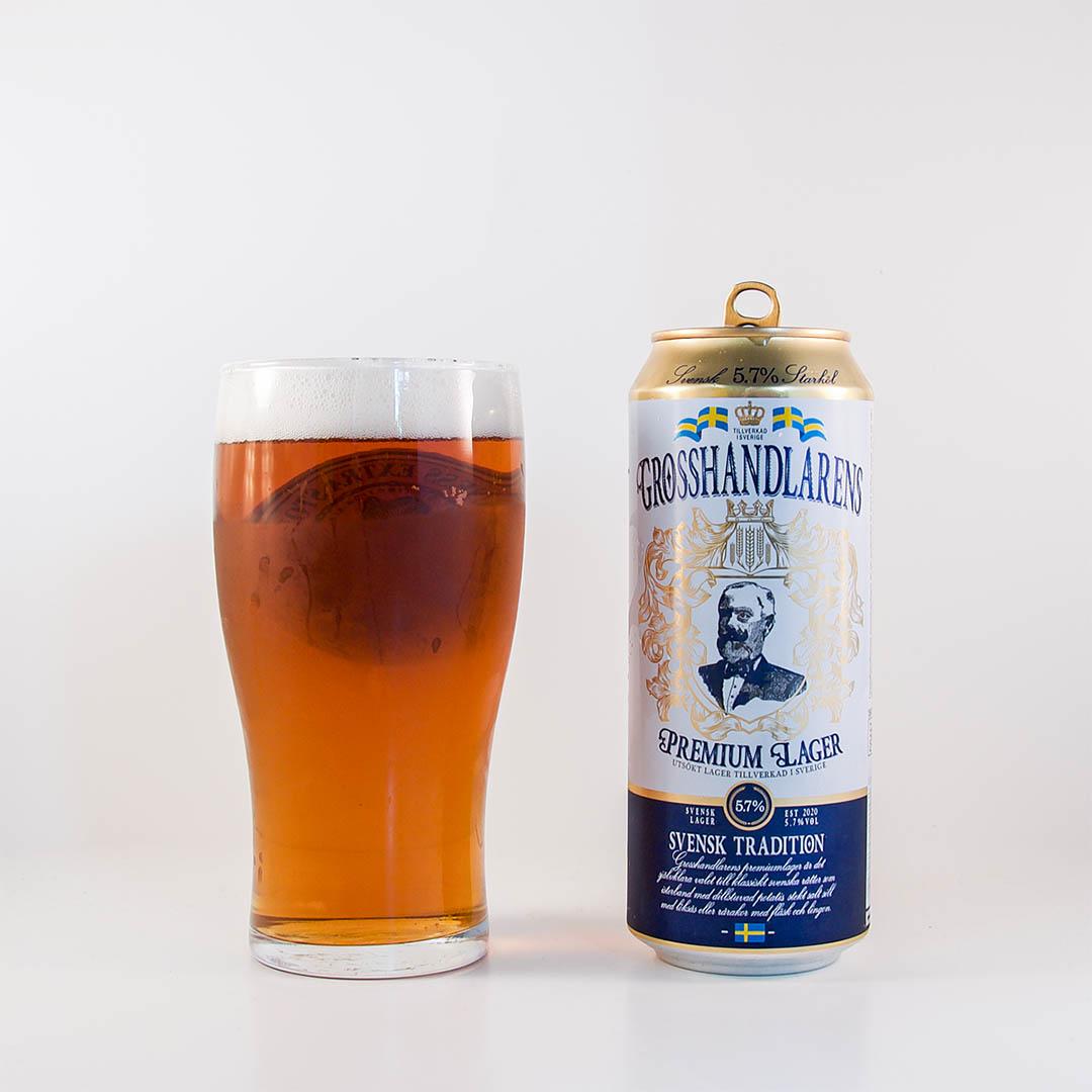 Grosshandlarens Premium Lager är stabil öl att dricka som sällskapsdryck eller till svensk husmanskost.