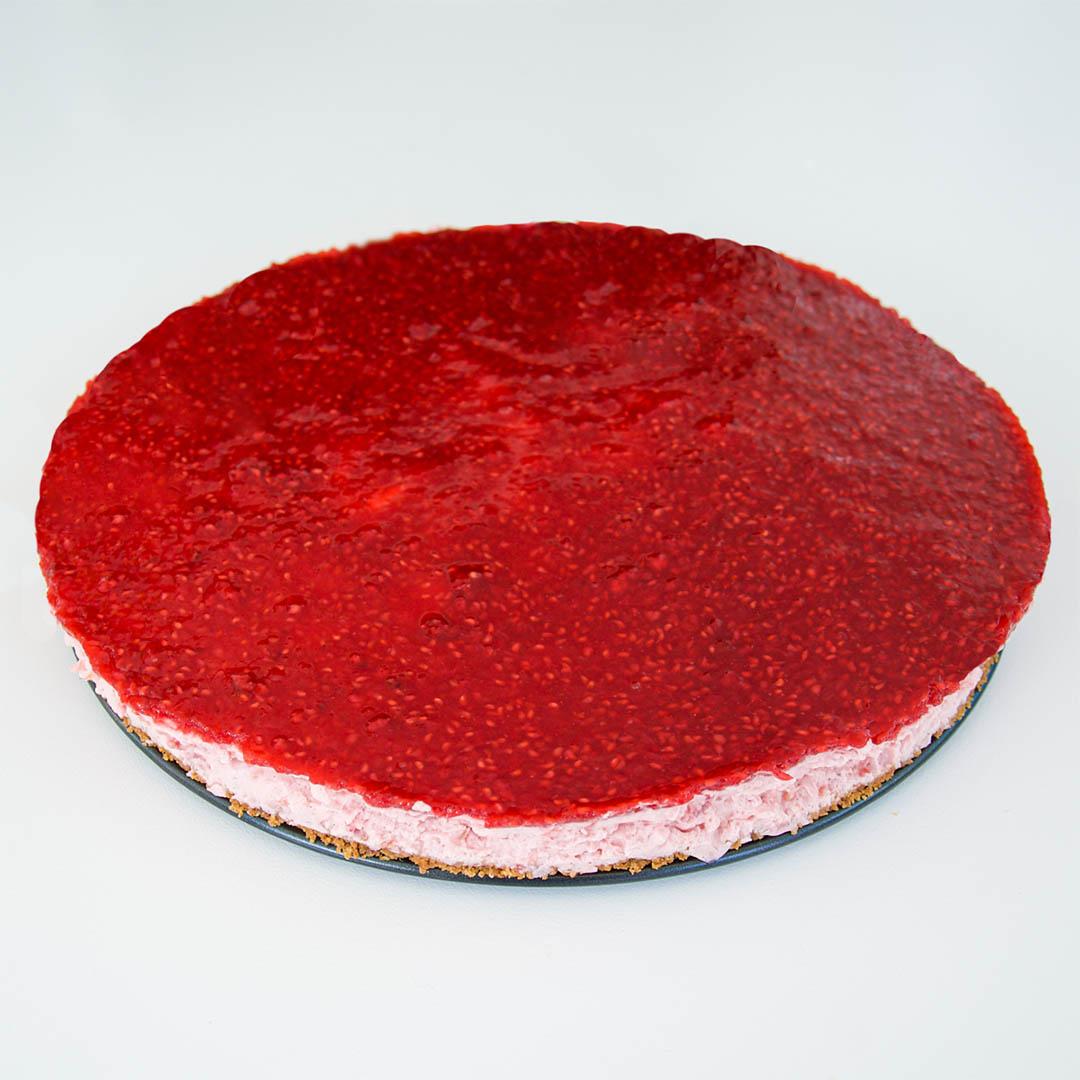 Halloncheesecake med hallonglasyr är smakfull dessert. Vem gillar inte hallon?