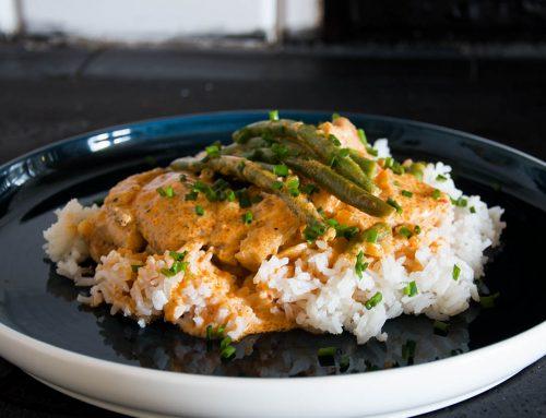 Asiatisk kycklinggryta med röd curry och kokosmjölk