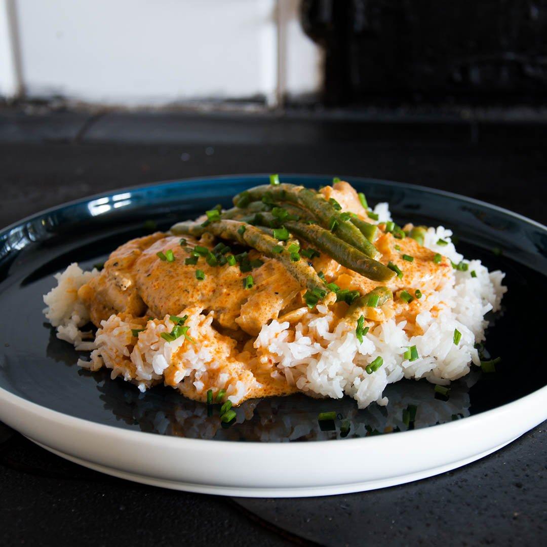 Asiatisk kycklinggryta med röd curry och kokosmjölk är lättlagad vardagsrätt. Som du även kan äta på helgen.