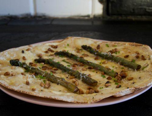 Libapizza Bianca med crème fraiche, sparris och pinjenötter