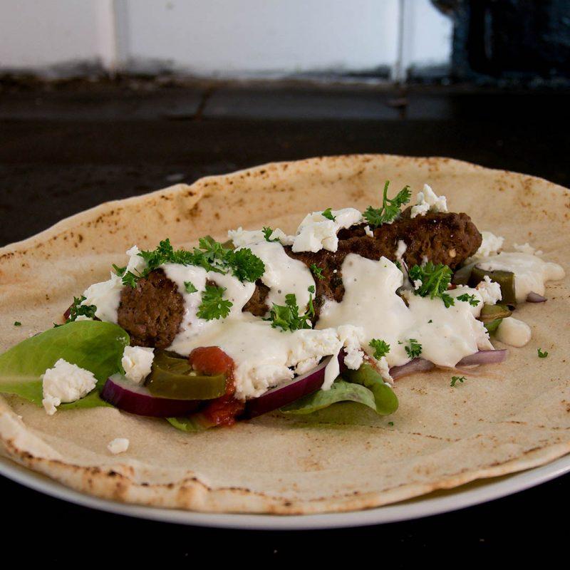 Kebabspett med libabröd och goda tillbehör är lättlagad middag.