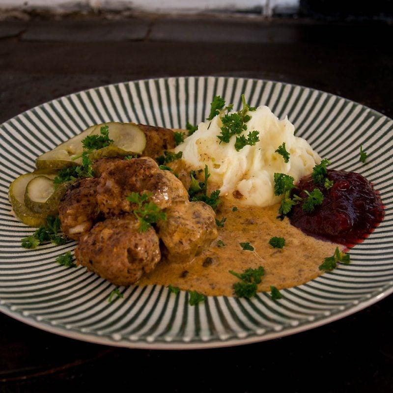 Köttbullar med potatismos och gräddsås är klassisk husmanskost. En av mina favoriter.