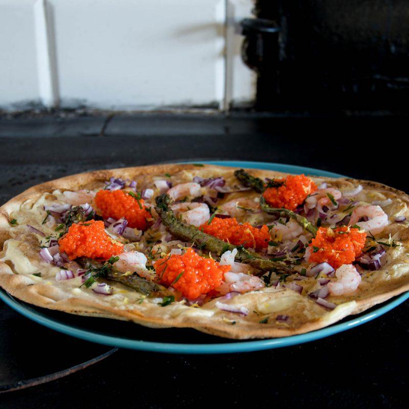 Libapizza med räkor, löjrom, rödlök och sparris är lättlagad och smakfull pizza. Toppa även med citronzest, gräslök och dill.