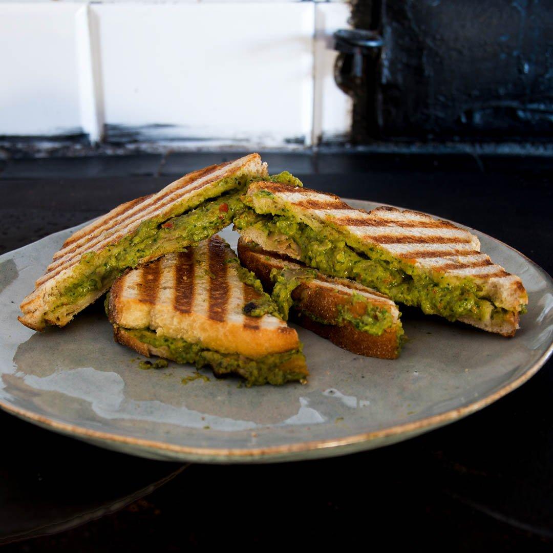 Grillad macka med avokadopesto - Recept på mumsig grillad vegetarisk smörgås.
