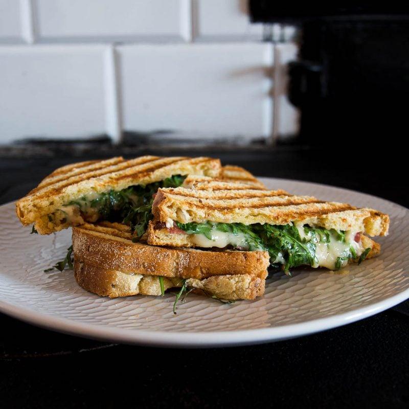 Grillad macka med brieost, salami, ruccola och honung - Recept på smakfull grillad smörgås.