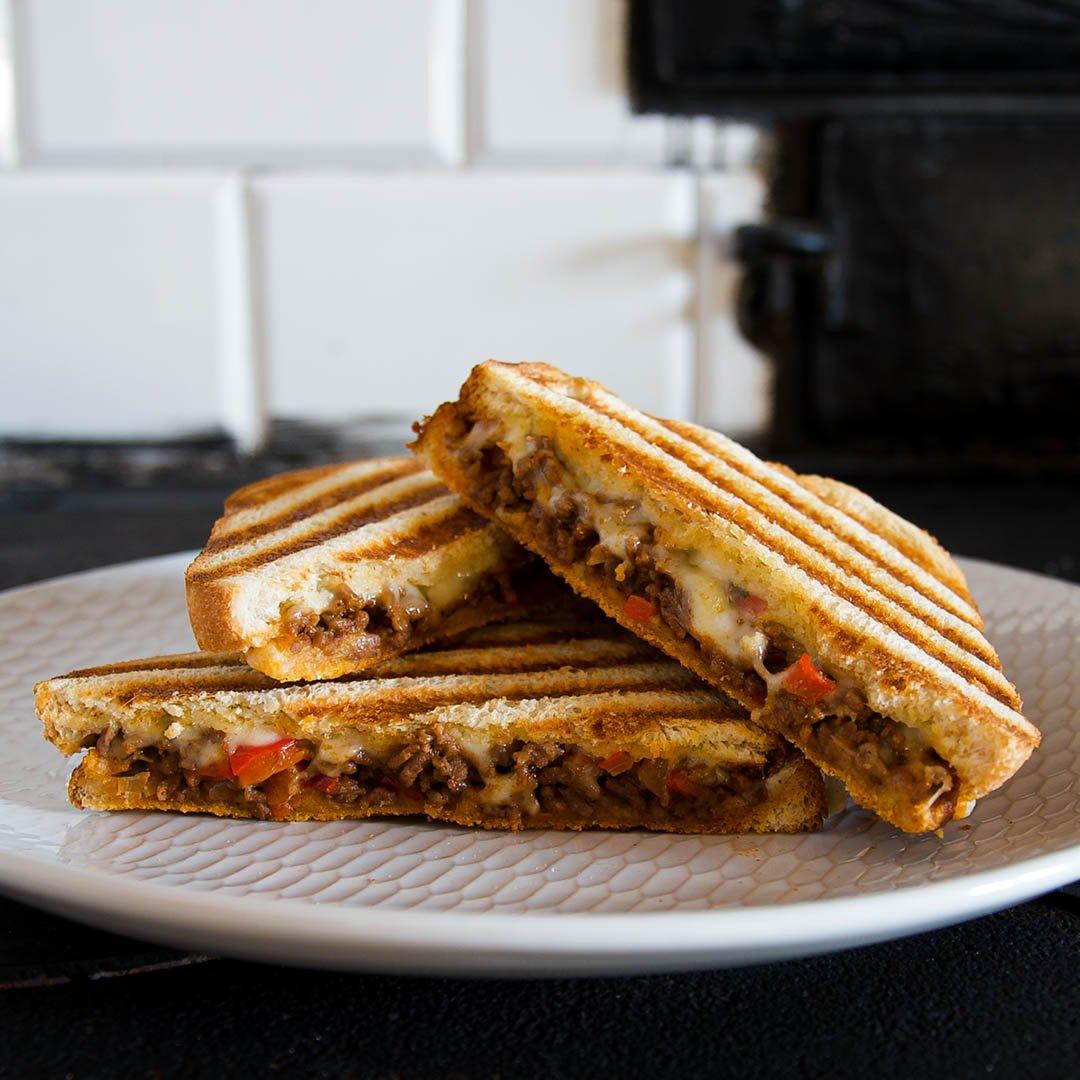 Grillad macka med köttfärsröra - Recept på smakfull grillad smörgås.