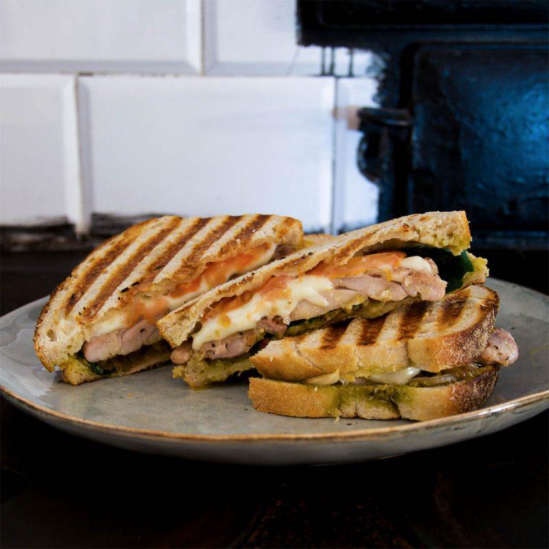 Grillad macka med kyckling, pesto, parmesan och mozzarella är matig grillad smörgås.