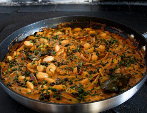 Kryddstark böngryta med röd curry, kokosmjölk och lime