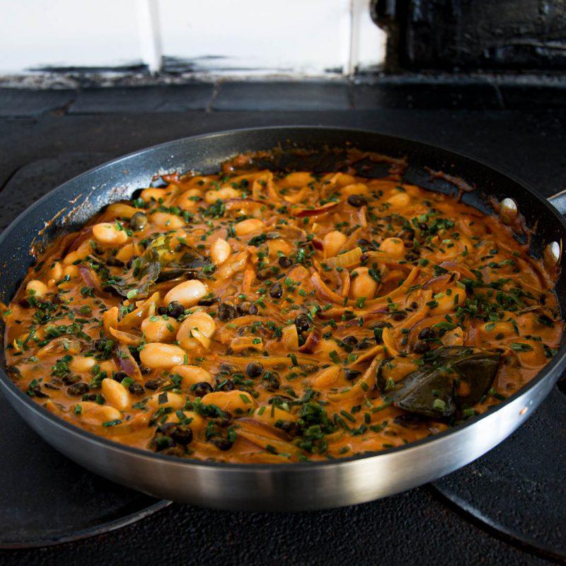 Kryddstark böngryta med röd curry, kokosmjölk och lime är smakfull middag. Servera med ris eller bröd.