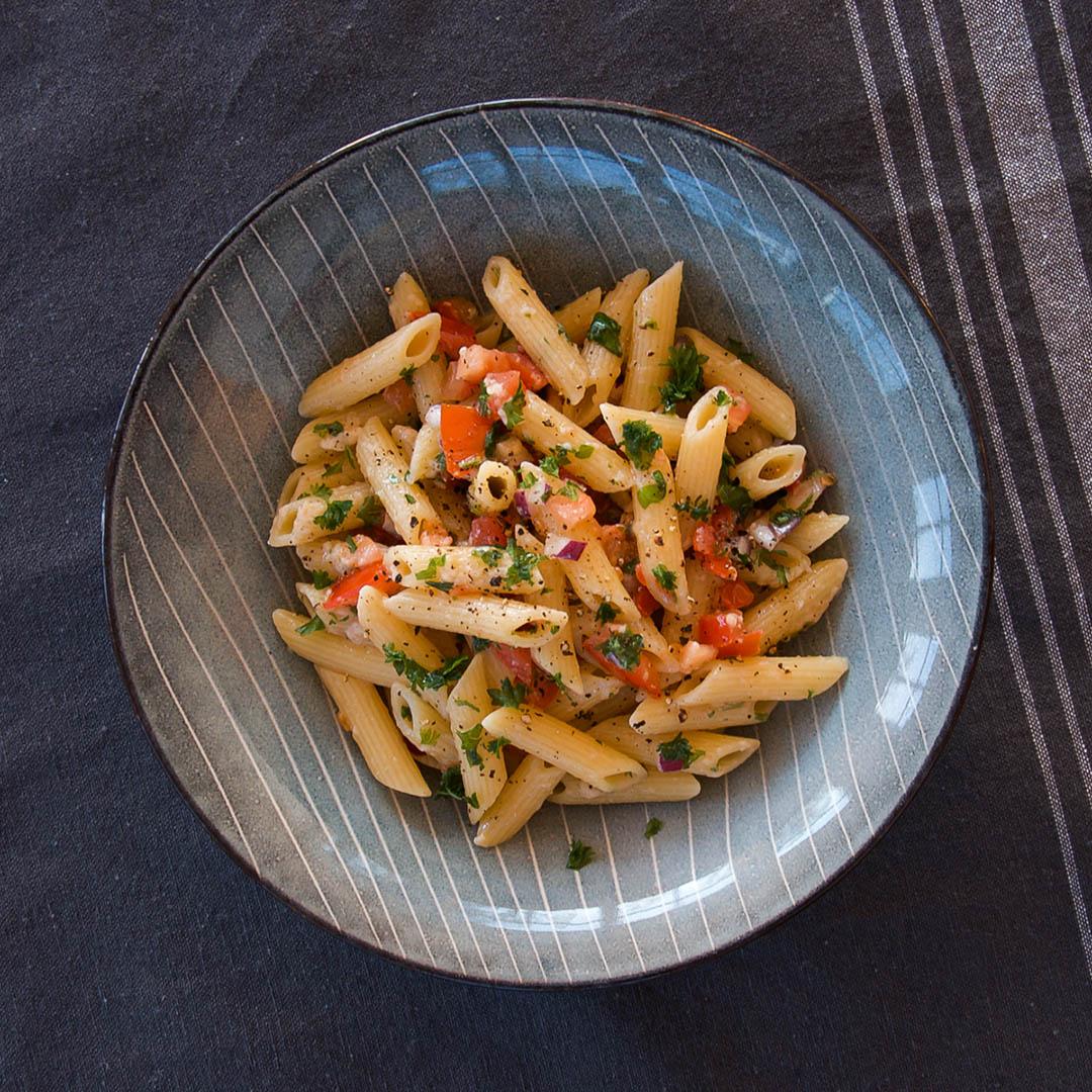 Pasta med tomatsalsa och parmesan är lättlagad middag som även passar till buffén.