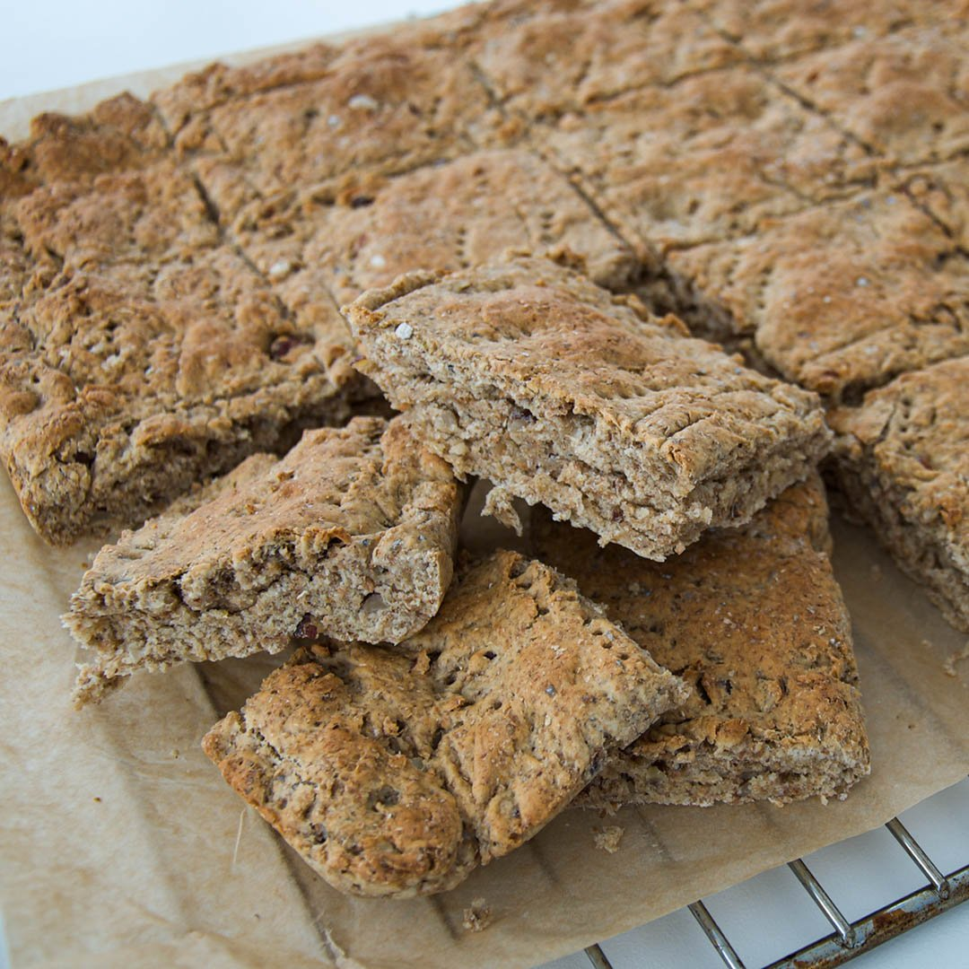 Rågbröd i långpanna med kardemumma och hasselnötter är smakfullt och lättbakat bröd.