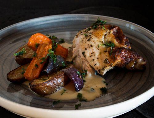Helstekt kyckling med örter, ugnsrostad potatis och god sås