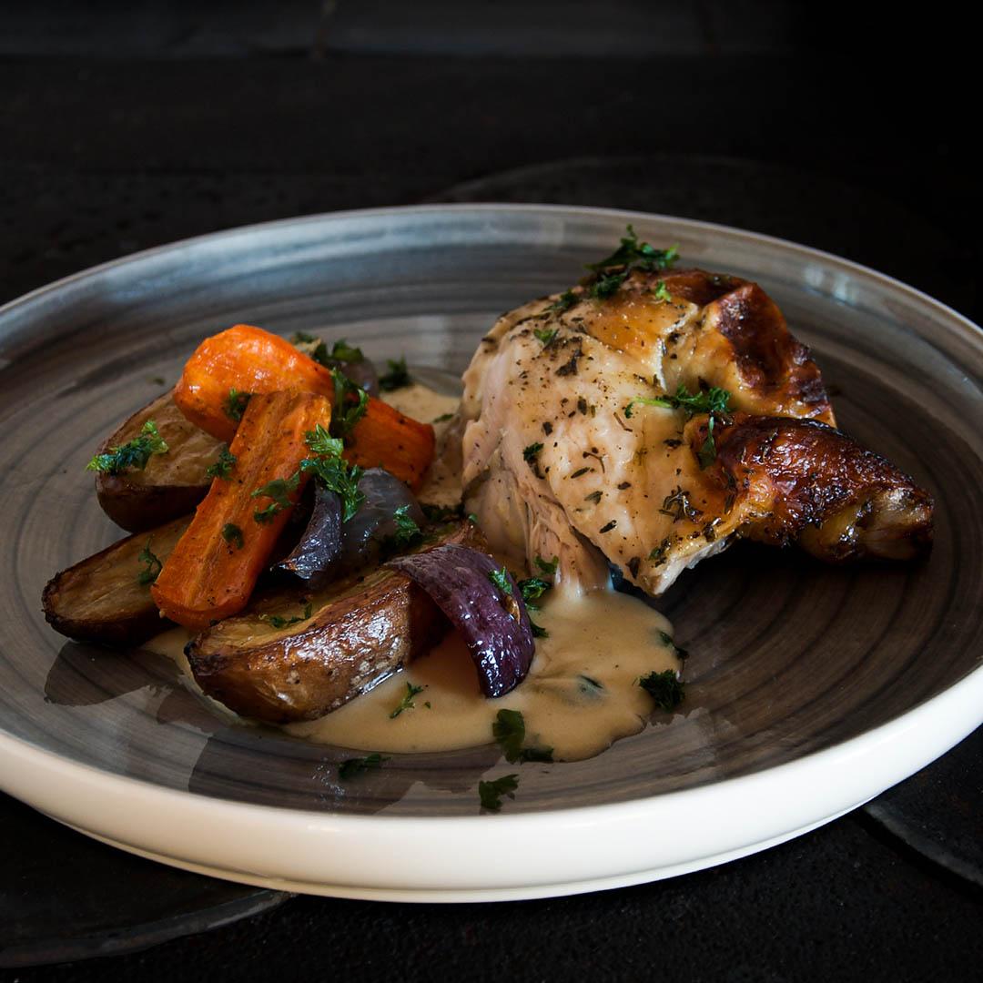 Helstekt kyckling med örter, ugnsrostad potatis och god sås kommer du göra igen!