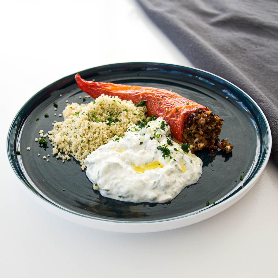 Färsfylld spetspaprika med tzatziki och couscous är lättlagad och smakfull middag.