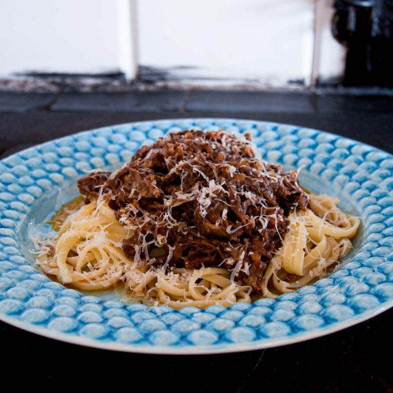 Ragu på högrev med pasta är ett långkok som är värd att vänta på.
