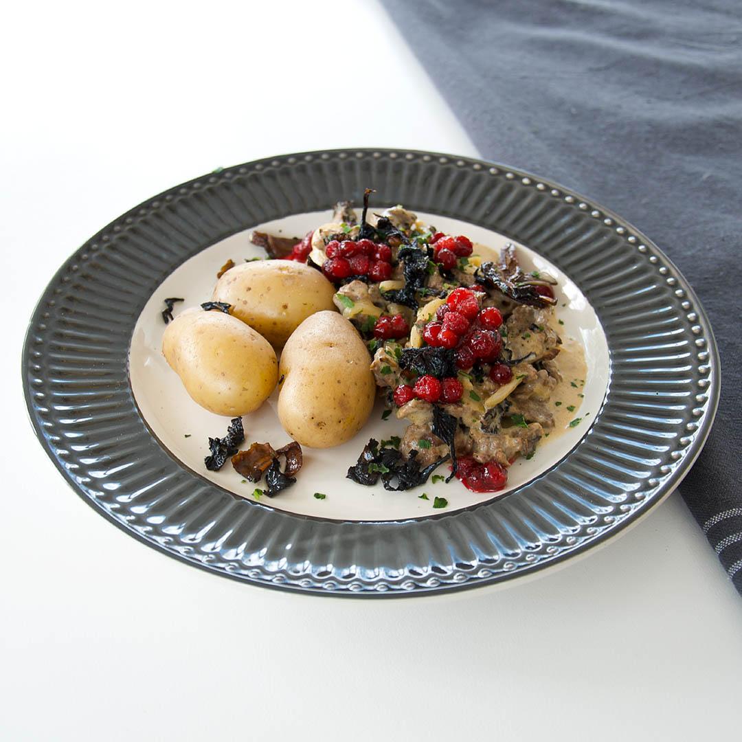 Renskavsgryta med lingon och potatis är lättlagad och smakfull middag.