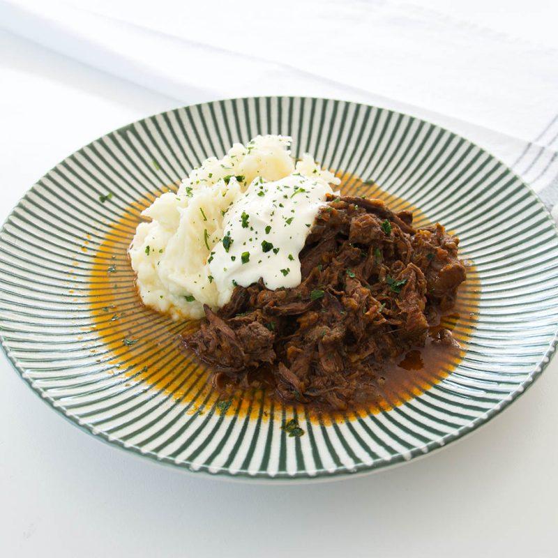 Älgragu med potatismos är välsmakande långkok. Låt din gryta få tillagas i 5-6 timmar.