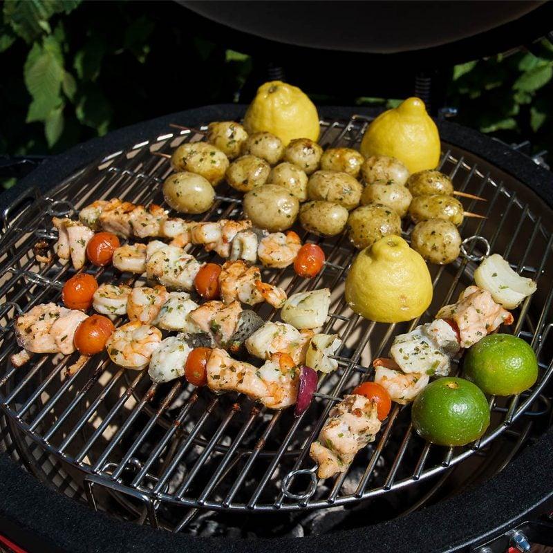Fisk- och skaldjursspett med potatis och saffransaioli är smakfull grillad middag.
