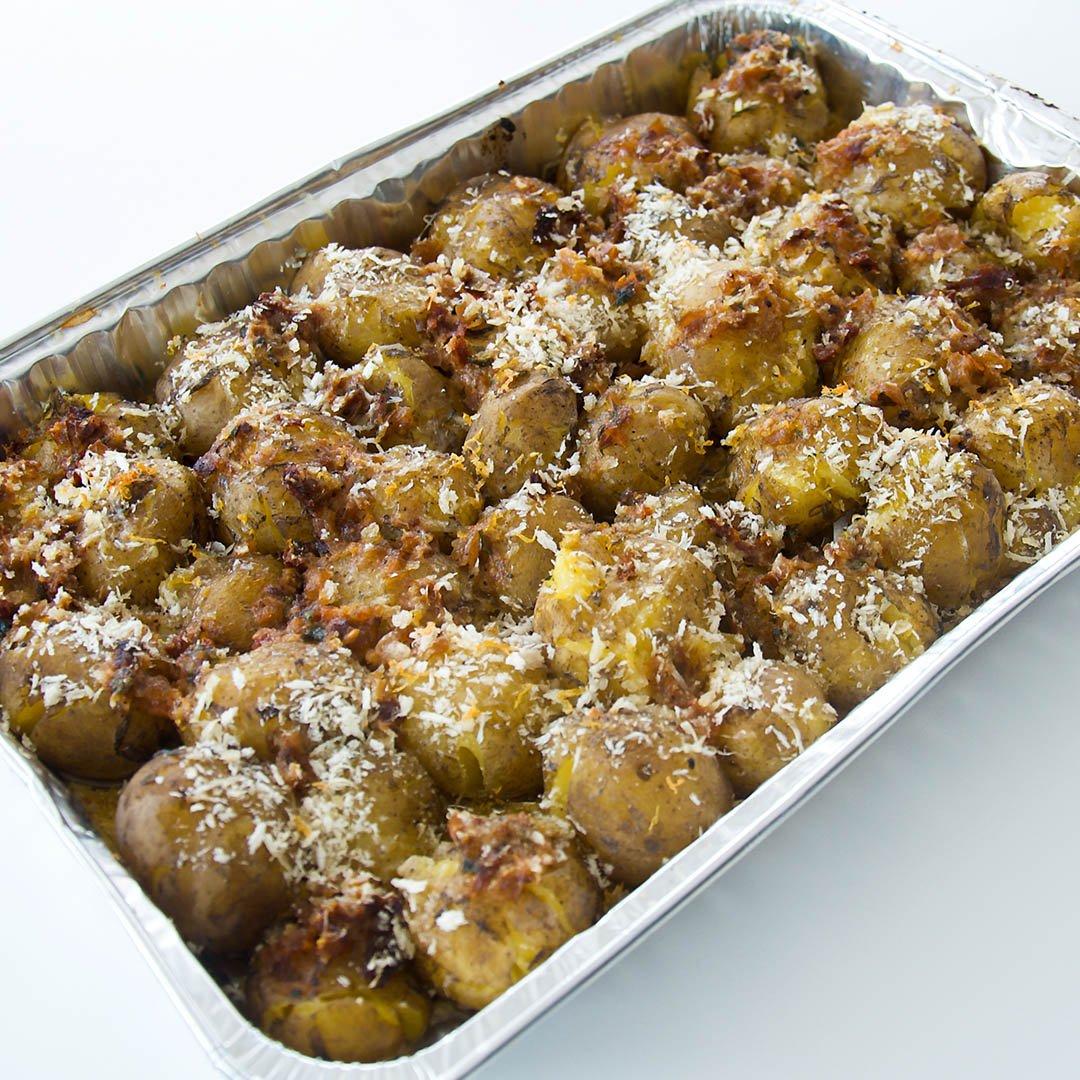 Smashad potatis med kryddsmör, parmesan och ströbröd är helt enkelt krossad potatis med extra smak.