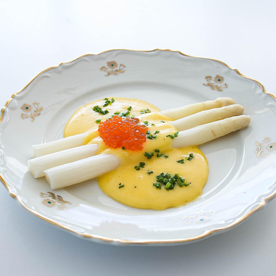 Vit sparris med hollandaisesås, regnbågsrom och gräslök är välsmakande förrätt.