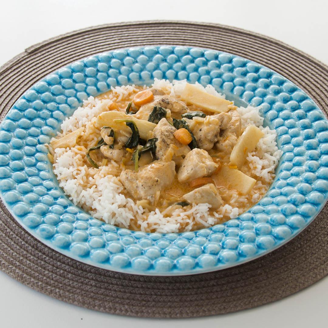 Kyckling i grön curry är smakfull kycklinggryta. Servera förslagsvis med ris.