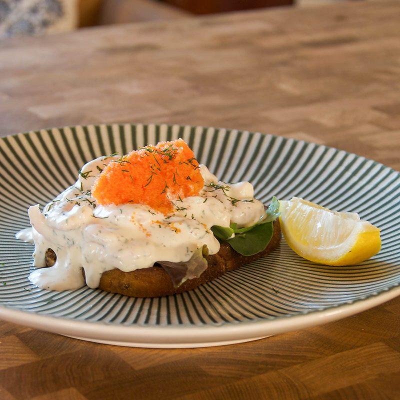 Toast Skagen - Recept på smakfull klassiker. Vem gillar inte räkröra på smörstekt brödskiva toppad med löjrom?