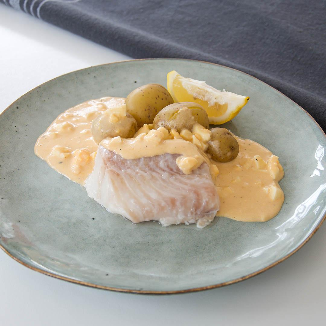 Torskrygg med äggsås på hummerfond är välsmakande middag.